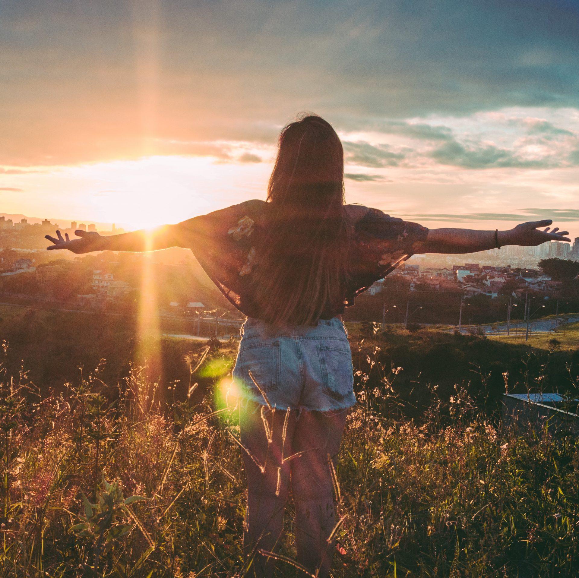 Coachingprogramm Schema Du statt Schema F; Frau in der Natur genießt die Aussicht